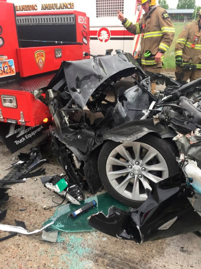 tesla utah crush1 650x867 - Tesla Model S разбилась о пожарную машину на светофоре