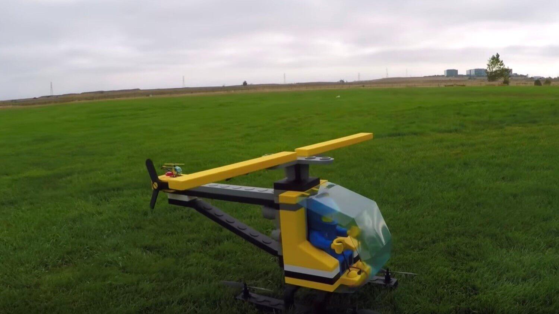 Любитель квадрокоптеров построил гигантский LEGO-вертолет