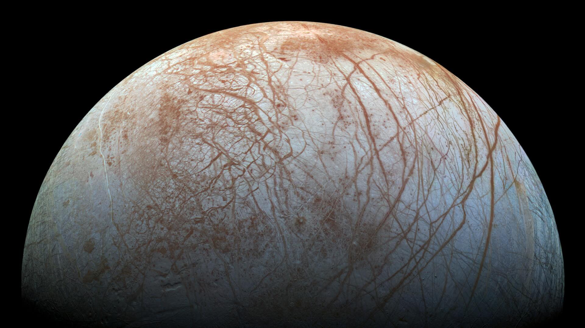 Ледяной спутник Юпитера покрыт острыми 15-метровыми шипами