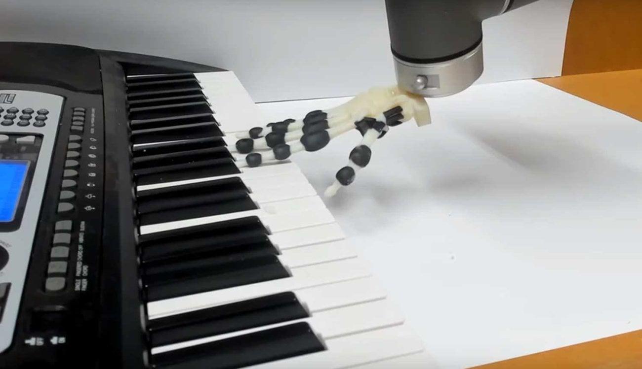 Создана роботизированная рука, играющая на пианино не сгибая пальцы