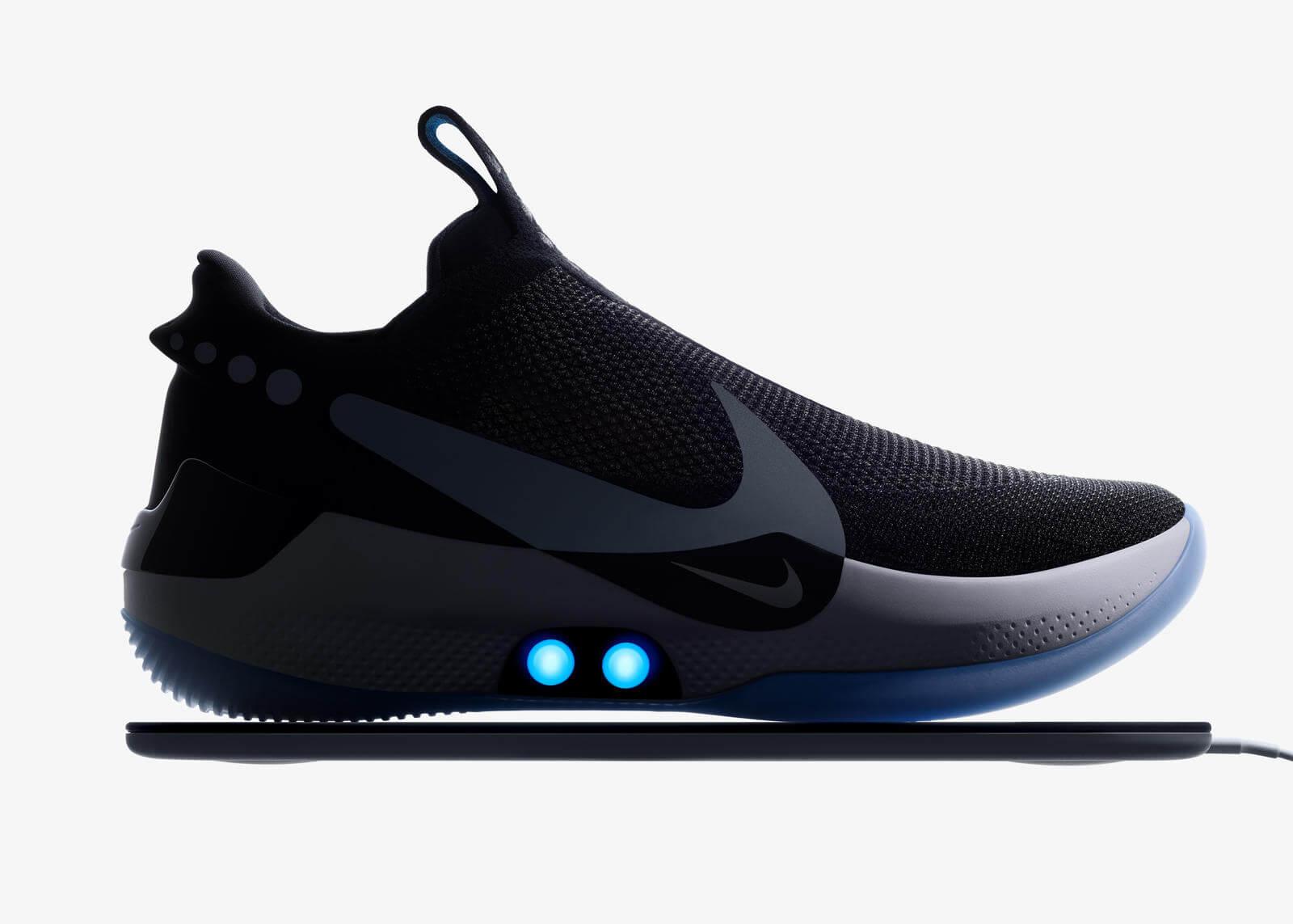 Представлены кроссовки с автоматической шнуровкой. Да, их нужно заряжать