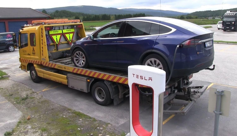 Автомобиль Tesla на эвакуаторе