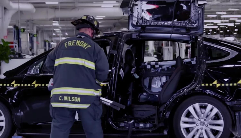 Спасатели и Tesla Model X