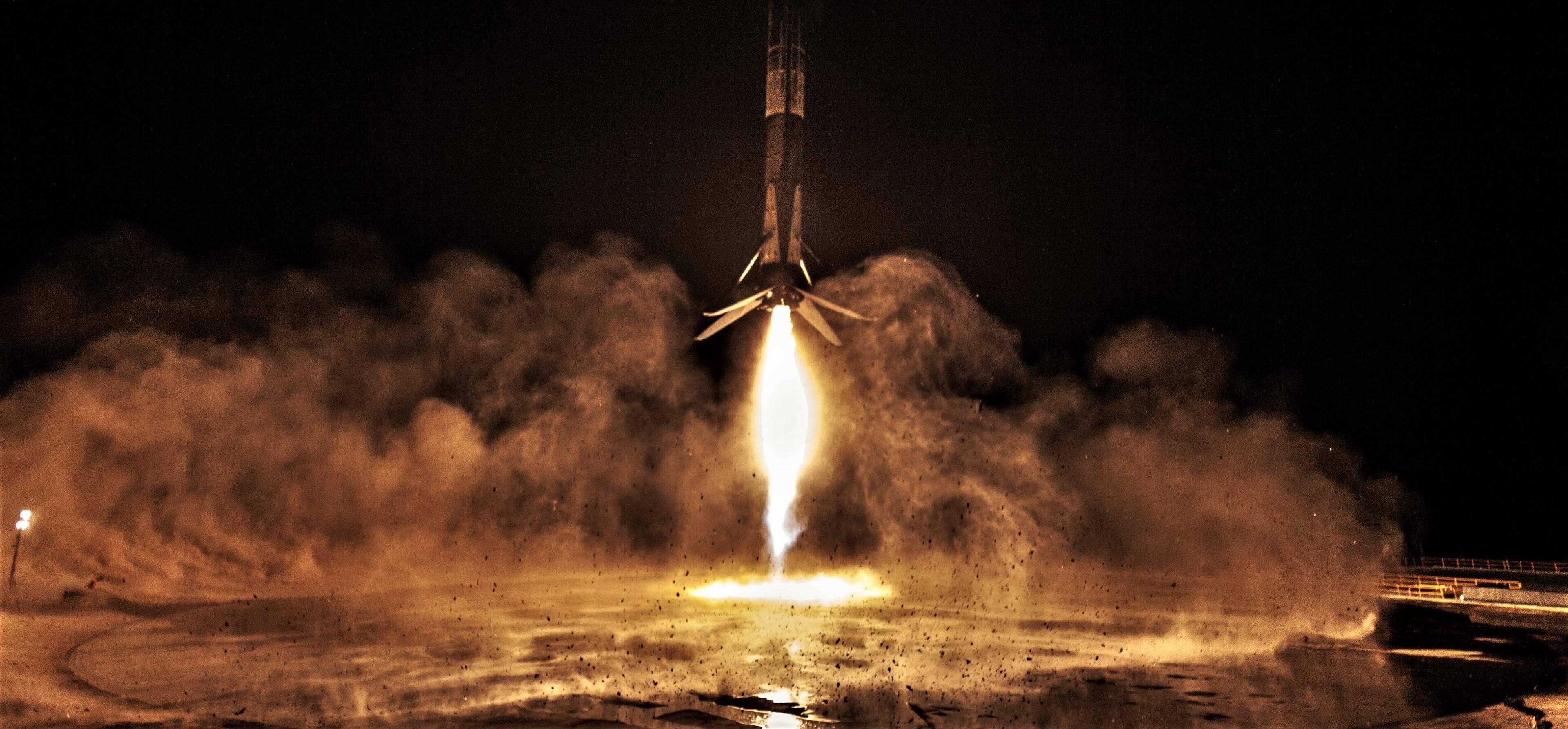 SpaceX впервые запустила пилотируемый корабль Crew Dragon к МКС