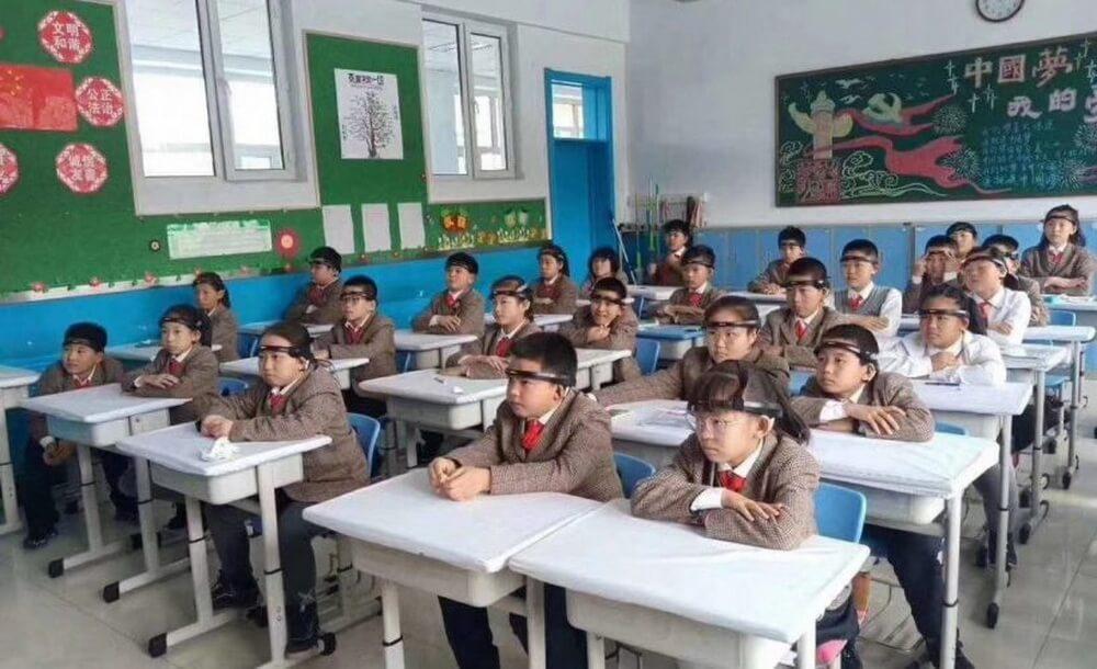 Учеников китайских школ обязали носить специальные головные повязки для мониторинга их внимания