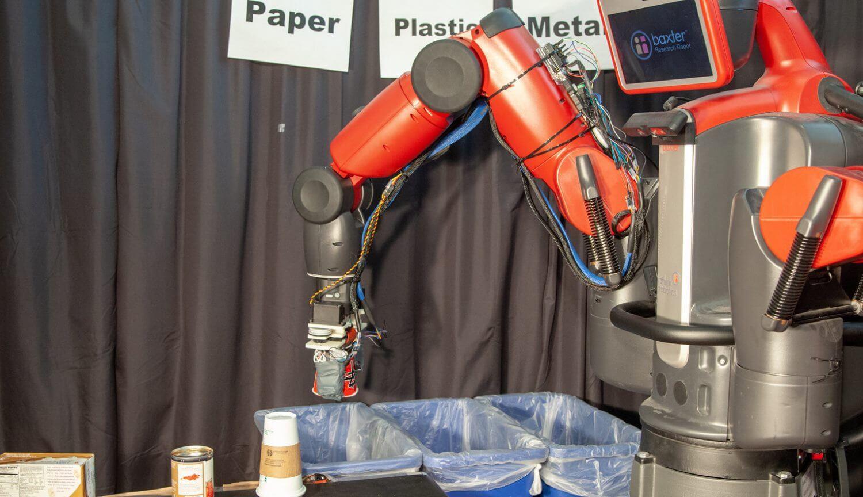 #видео | Робот-утилизатор распознает бумагу, пластик и металлы на ощупь