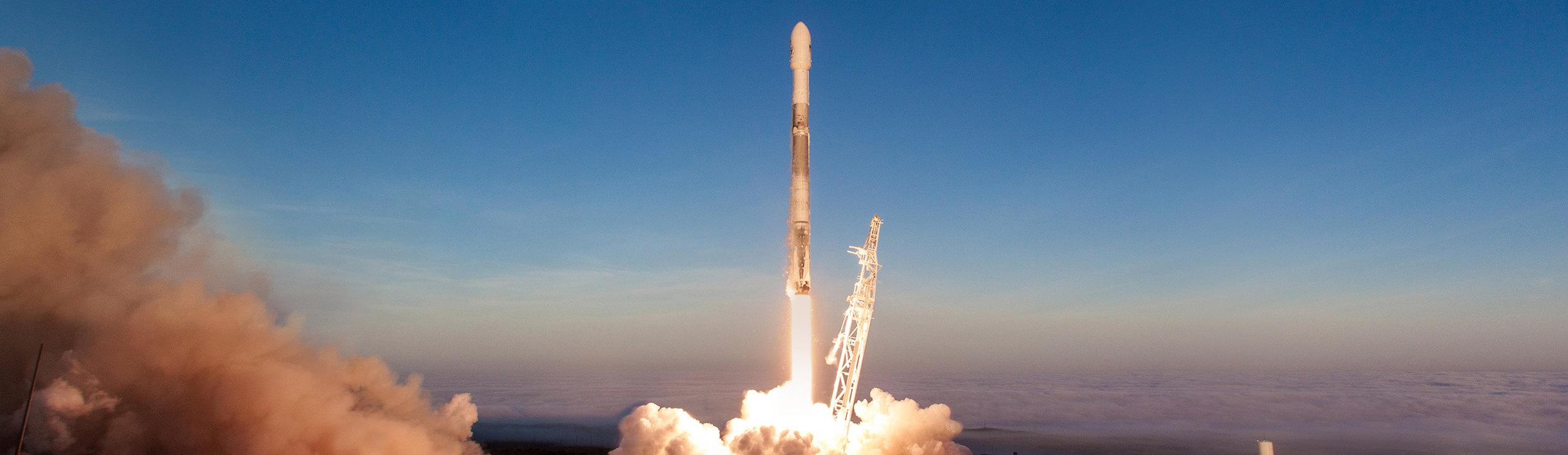 Илон Маск собственноручно начал гонку за космический интернет. Но кому он нужен?
