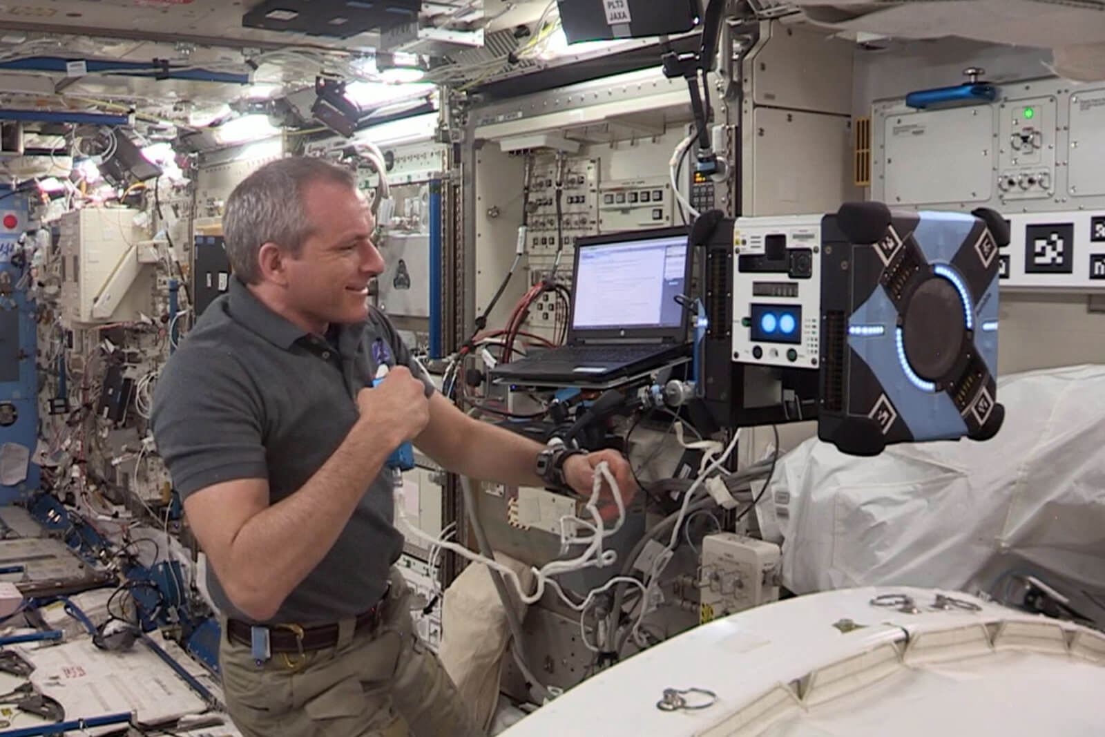 #видео | На борту МКС прошли первые летные испытания робота-пчелы «Bumble»
