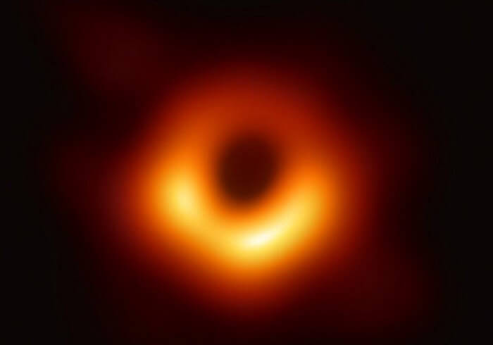 На что похоже падение в черную дыру? Что вы увидите?