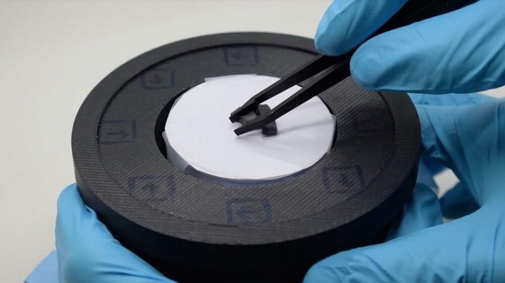 Создан материал, способный менять форму и жесткость при воздействии магнитного поля