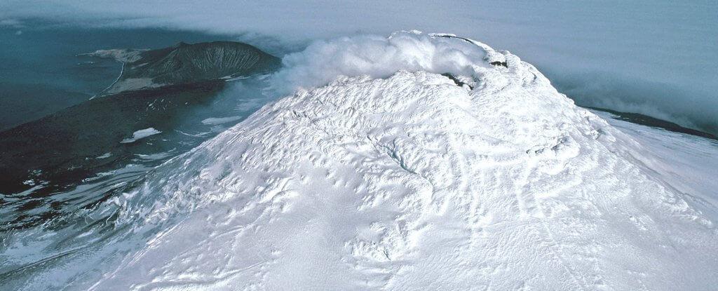 Рядом с Антарктидой обнаружен очень редкий вид вулкана. В чем его особенность?