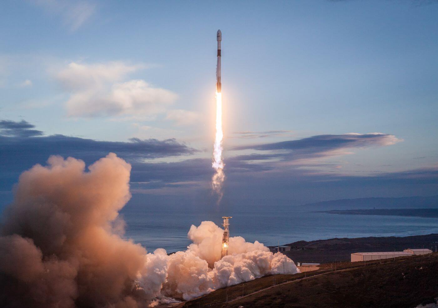SpaceX будет регулярно запускать небольшие спутники по заниженной цене
