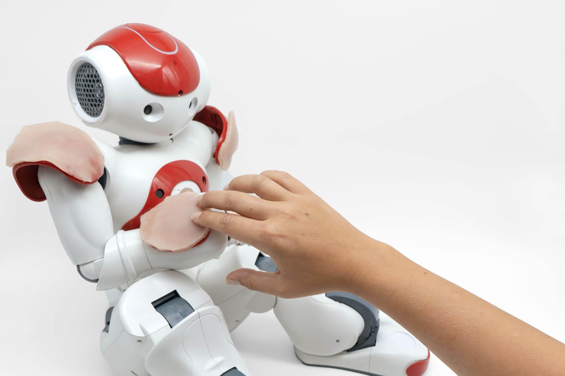 Кожа, разработанная для смартфонов и человекоподобных роботов, реагирует на прикосновения