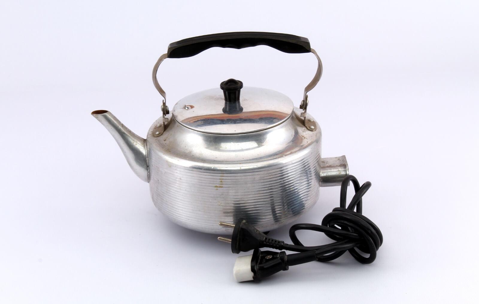 Почему чайник шумит во время работы?
