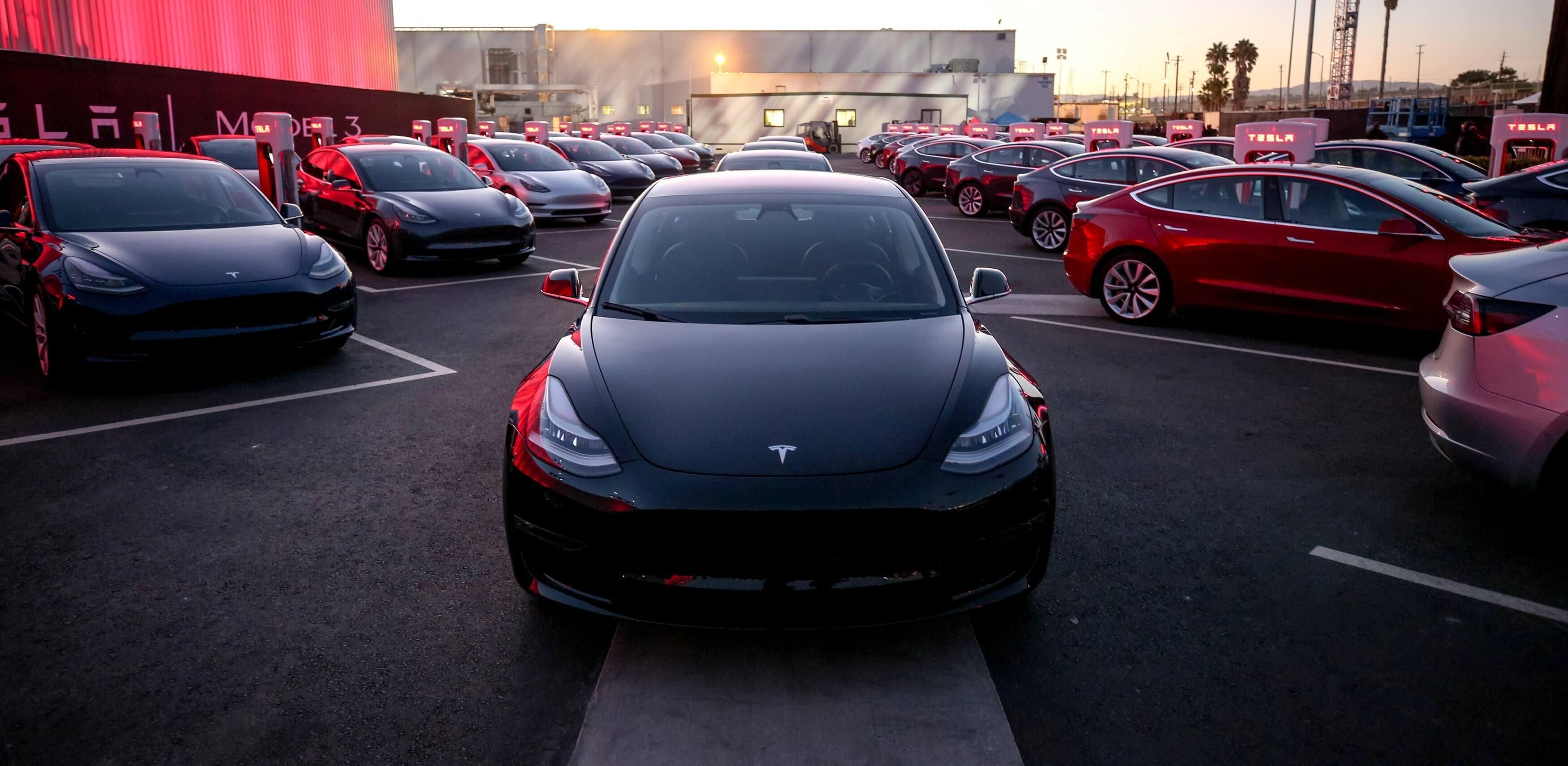 #видео | Автомобиль Tesla научился разговаривать с пешеходами