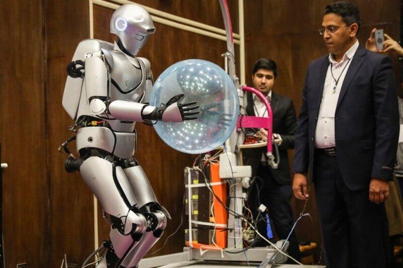 Иранский робот-гуманоид научился бурить стены и делать селфи
