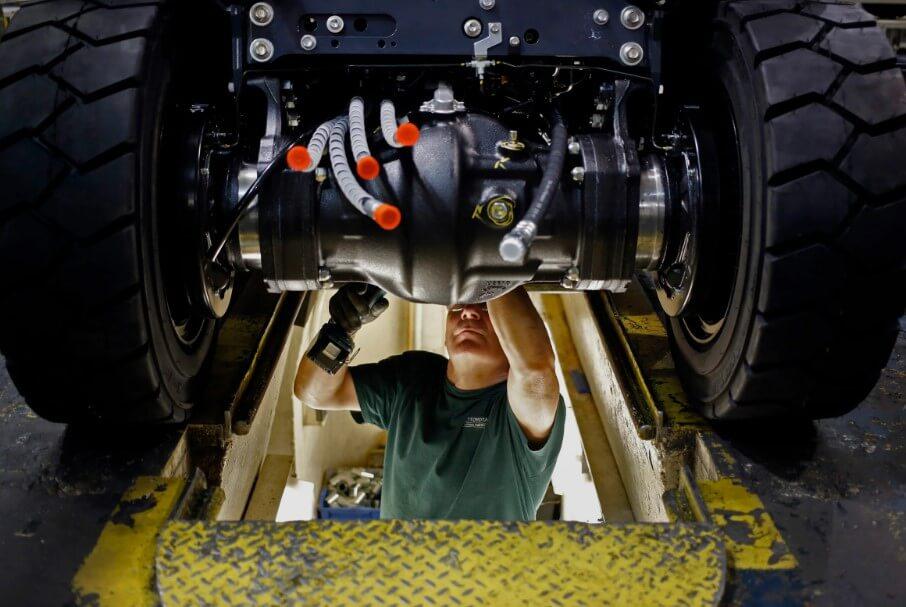 Во время пандемии рабочих на заводах заменили роботы