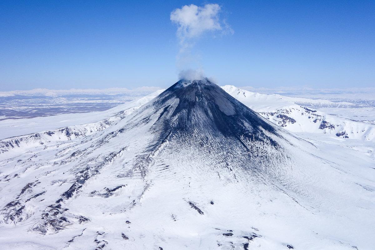 Российский вулкан извергается особыми алмазами. Откуда они там взялись?