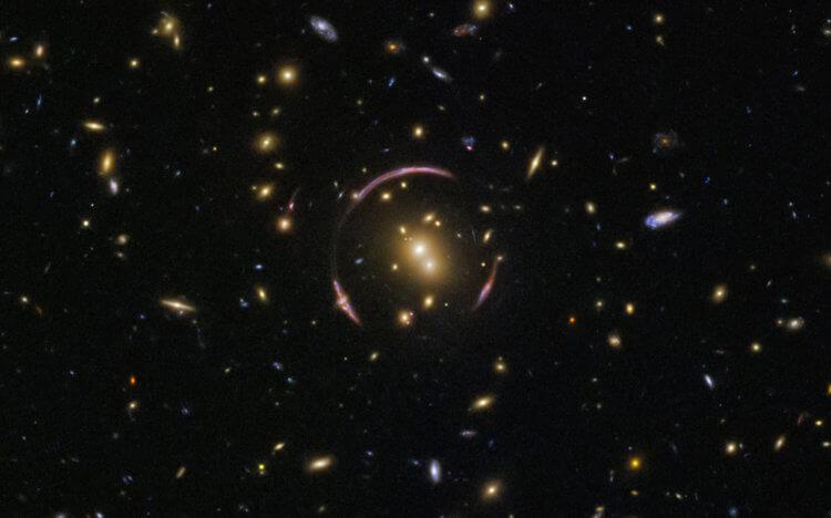 Hubble сфотографировал самое большое из известных «колец Эйнштейна»