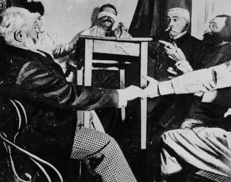 Это может показаться удивительным, но сэр Артур Конан Дойль считал материалистов узко мыслящими и был одним из ведущих адептов спиритизма.