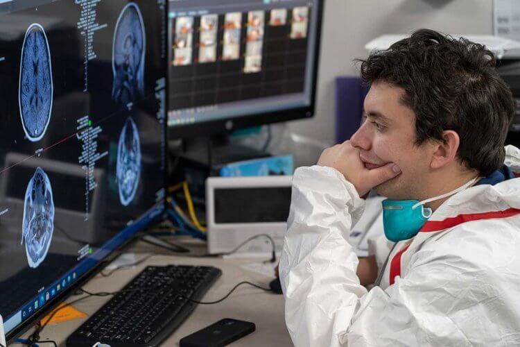 Результаты работы, опубликованной в Nature показали, что атака коронавируса на мозг может быть многосторонней: он может напрямую атаковать определенные клетки мозга, снижая приток крови или вызывать выработку иммунных молекул, способных нанести клеткам мозга.