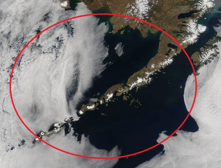 Редкое природное явление: на Аляске извергается сразу три вулкана