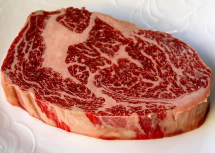 В Японии «напечатали» искусственную мраморную говядину