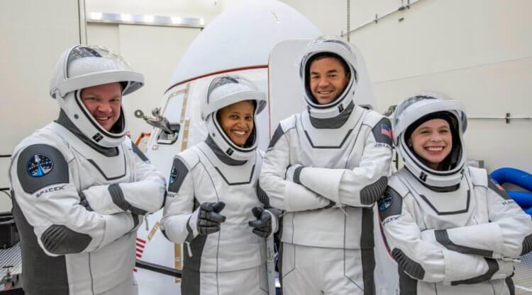 SpaceX отправила в космос обычных людей. Как все прошло?